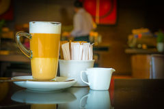 Taza de macchiato del latte del café en cafetería Fotografía de archivo