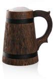 Taza de madera de cerveza fresca con el casquillo de la espuma. Fotografía de archivo libre de regalías
