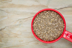 Taza de medición de la semilla de Chia Fotos de archivo libres de regalías