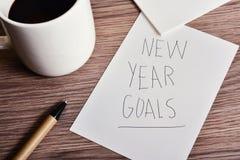 Taza de metas del Año Nuevo del café y del texto Imagen de archivo