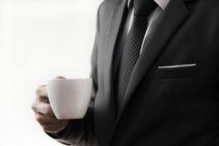 Taza de ofrecimiento del hombre de negocios de café. Foto de archivo