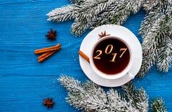 Taza de opinión superior del Año Nuevo del café sobre bacgkround de madera Fotos de archivo libres de regalías