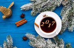 Taza de opinión superior del Año Nuevo del café sobre bacgkround de madera Foto de archivo libre de regalías