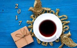 Taza de opinión superior del Año Nuevo del café sobre bacgkround de madera Imagen de archivo libre de regalías