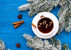 Taza de opinión superior del Año Nuevo del café sobre bacgkround de madera Foto de archivo