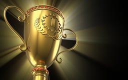 Taza de oro del trofeo que brilla intensamente en fondo negro Foto de archivo libre de regalías