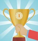 Taza de oro disponible, trofeo Imagen de archivo libre de regalías