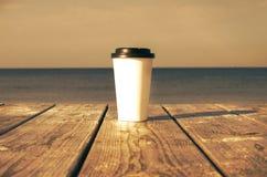 Taza de papel con café Foto de archivo libre de regalías