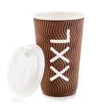 Taza de papel de Brown de primer del café o del té aislado en el fondo blanco Fotos de archivo