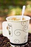 Taza de papel de café sólo y de grano de café Foto de archivo