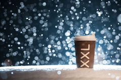 Taza de papel de Xxl con té en fondo de la nieve; Imágenes de archivo libres de regalías