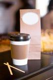 Taza de papel disponible de café o de té Fotos de archivo
