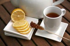 Taza de rebanadas y de tazón de fuente del limón del té Foto de archivo