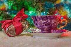 Taza de regalos del café y de la Navidad foto de archivo
