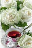 Taza de rosas del té y del blanco imagen de archivo libre de regalías