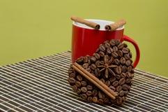 Taza de símbolo del café y del corazón de los granos de café fotos de archivo libres de regalías