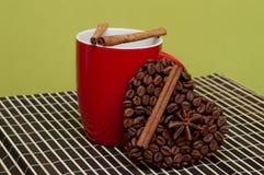 Taza de símbolo del café y del corazón de los granos de café fotografía de archivo libre de regalías