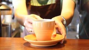 Taza de servicio de Barista In Coffee Shop de café express metrajes