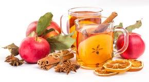 Taza de sidra de manzana caliente con canela, anís y la naranja fotos de archivo