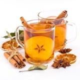 Taza de sidra de manzana caliente con canela, anís y la naranja fotos de archivo libres de regalías