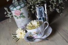 Taza de té antigua con la fotografía vieja Foto de archivo libre de regalías