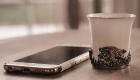 Taza de té antigua de la porcelana en la tabla del cordón Imágenes de archivo libres de regalías