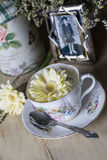 Taza de té antigua y fotografía enmarcada con Daisy Flowers amarilla Imagenes de archivo