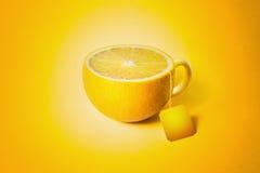 Taza de té bajo la forma de limón fotos de archivo libres de regalías