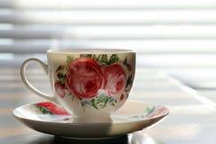 Taza de té bastante blanca con el equipo Fotografía de archivo
