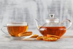 Taza de té blanca con las especias y árbol de Navidad hecho de sli anaranjado secado Foto de archivo libre de regalías