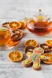 Taza de té blanca con las especias y árbol de Navidad hecho de sli anaranjado secado Fotografía de archivo libre de regalías