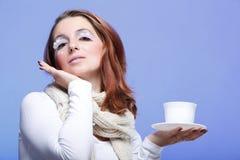 Taza de té blanca de las pestañas de la mujer hermosa del invierno Imagen de archivo