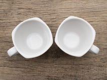 Taza de té blanca en blanco en la madera Imagenes de archivo