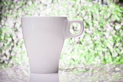 Taza de té blanca en un fondo defocused del color Fotos de archivo libres de regalías