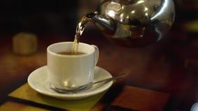 Taza de té caliente almacen de metraje de vídeo