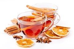 Taza de té caliente con el canela, naranja, anís fotografía de archivo