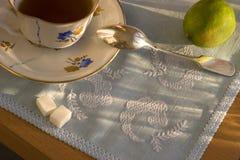 Taza de té caliente con el limón Fotos de archivo libres de regalías
