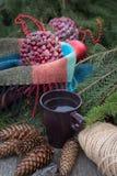Taza de té caliente en una tabla de madera rústica Imágenes de archivo libres de regalías