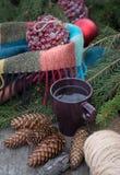 Taza de té caliente en una tabla de madera rústica Foto de archivo libre de regalías