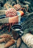 Taza de té caliente en una tabla de madera rústica Todavía la vida de conos, guita, abeto ramifica Preparación para la Navidad Fotos de archivo libres de regalías