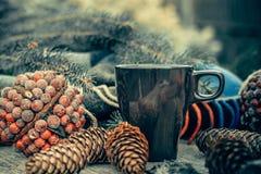 Taza de té caliente en una tabla de madera rústica Todavía la vida de conos, guita, patskthread, abeto ramifica Fotos de archivo libres de regalías