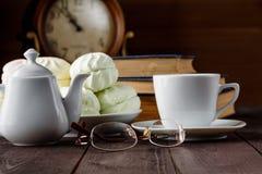 Taza de té cerca de los libros viejos Imagen de archivo libre de regalías