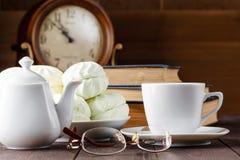 Taza de té cerca de los libros viejos Fotos de archivo
