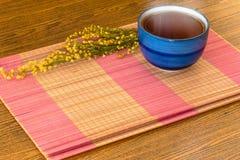 Taza de té china relajante en todavía de la estera el estilo de vida de bambú Imágenes de archivo libres de regalías