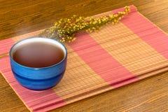 Taza de té china relajante en todavía de la estera el estilo de vida de bambú Fotografía de archivo libre de regalías