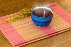 Taza de té china relajante en todavía de la estera el estilo de vida de bambú Foto de archivo libre de regalías