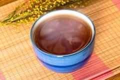 Taza de té china relajante en todavía de la estera el estilo de vida de bambú Imagen de archivo libre de regalías
