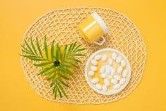 Taza de té, chocolate blanco y hojas de la palmera Fotos de archivo libres de regalías