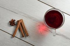 Taza de té con canela Foto de archivo libre de regalías
