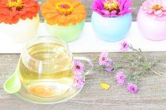 Taza de té con diversas flores Imágenes de archivo libres de regalías
